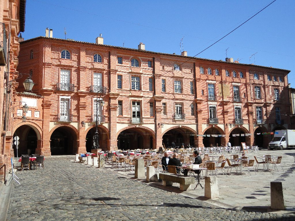 Montauban's Place Nationale plus cafés