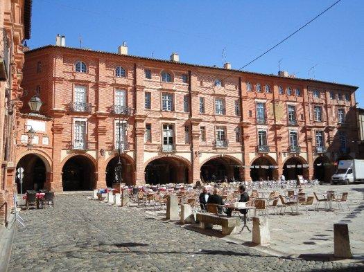 Montauban's Place Nationale plus cafés
