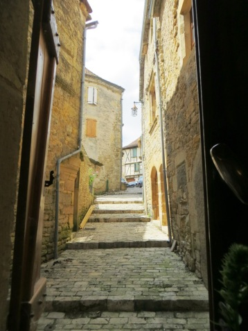 Ruelle leading to the church at Parisot