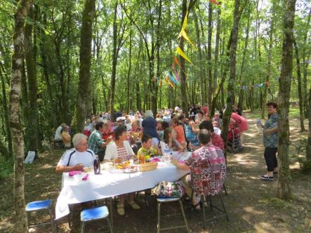200 fête-goers sit down for lunch