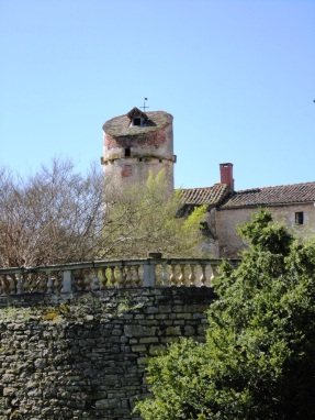 Other side of the château, showing the tower