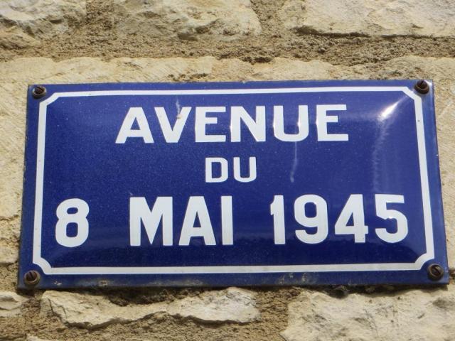 Caylus - 8 mai road sign