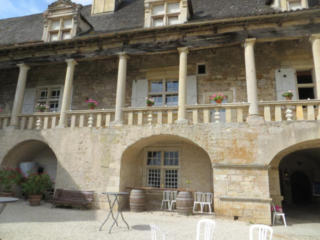 Covered walkway and balcony that spans the whole width of the cour d'honneur
