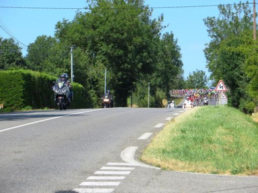 Le peloton rounding the bend